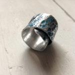 Anello in alluminio texturizzato e smaltato blu